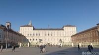 Di sisi utara Piazza Castello adalah Istana Palazzo Reale di Torino dan museum senjata Armeria Reale di sebelah kanannya (Fitraya/detikcom)