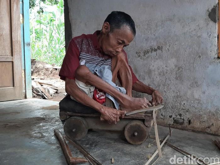 Turiyan (47) lahir sebagai laki-laki normal hingga kelas 2 SD. Namun saat bermain di sungai, ia terjepit batu hingga kakinya cacat permanen.
