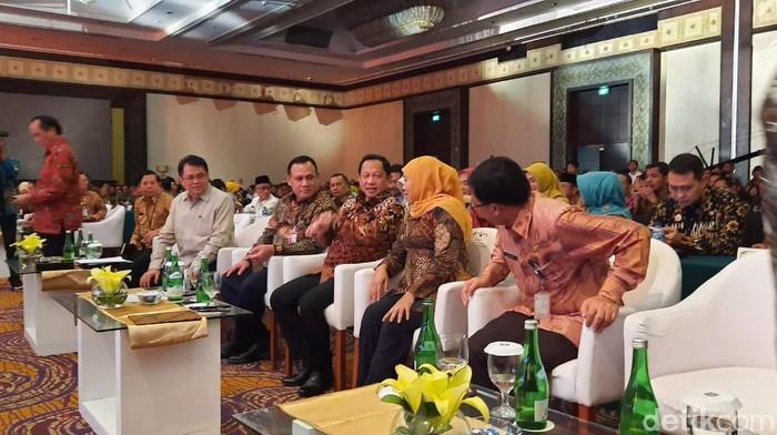 Mendagri Tito Karnavian meminta masyarakat Indonesia tidak gaduh dan ribut soal Virus Corona. Sebab menurutnya, dampak dari kegaduhan itu lebih besar daripada penyakit Corona-nya.