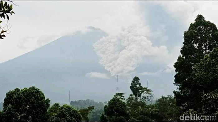 Gunung Semeru di Lumajang Jawa Timur juga mengelurkan luncuran awan panas sejauh 3 kilometer dari puncaknya.