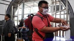 Berbagai cara dilakukan guna cegah virus corona di ruang publik. Salah satunya menyediakan fasilitas antiseptik gratis untuk penumpang di Stasiun Pasar Senen.