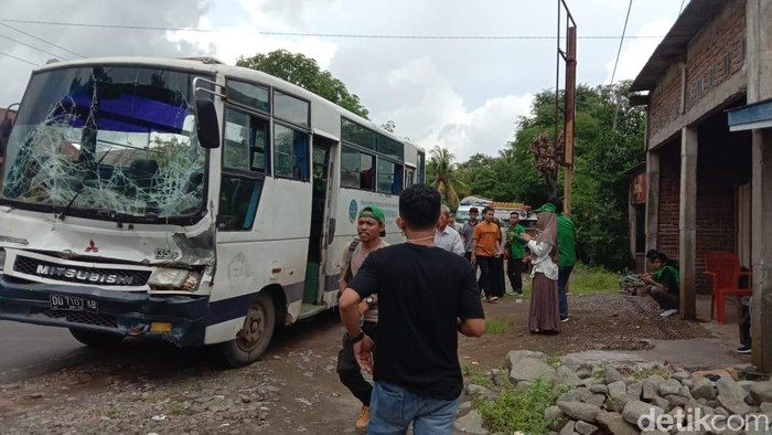 Bus yang membawa puluhan mahasiswa KKN UIN Alaluddin Makassar mengalami kecelakaan (Dok. Istimewa)