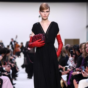 20 Koleksi Busana Warna Hitam Valentino di Paris Fashion Week 2020