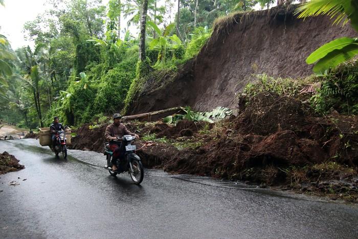 Tanah longsor melanda kawasan Kluncing, Banyuwangi, Jatim. Longsor itu diketahui terjadi imbas hujan deras yang mengguyur wilayah tersebut beberapa waktu lalu.