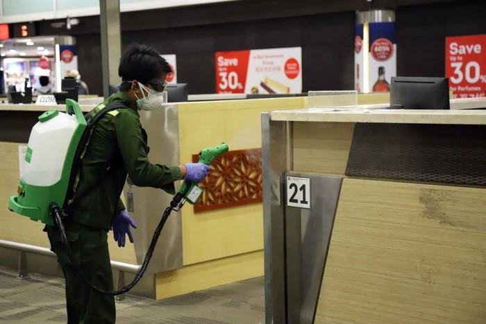 PT Angkasa Pura I (Persero) melakukan berbagai upaya untuk cegah penyebaran virus corona. Salah satunya dengan melakukan sterilisasi di berbagai bagian bandara.