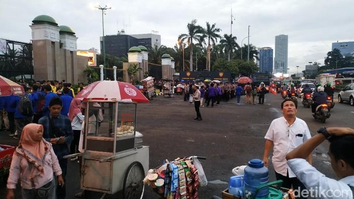 Massa mahasiswa yang demo tolak omnibus law di DPR membubarkan diri.