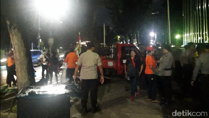 Massa demo di depan Balai Kota DKI bubar.