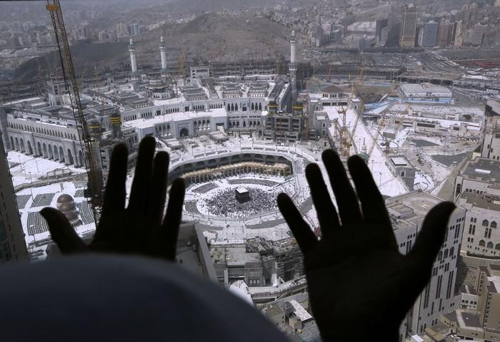 Arab Saudi yang menutup sementara perjalanan umroh untuk mengantisipasi penyebaran virus Corona. Berikut foto-foto suasana terkininya.