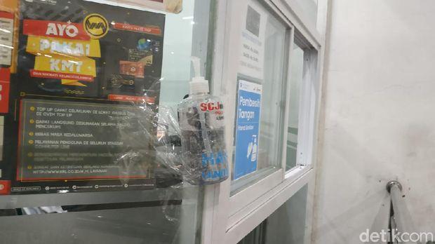Hand sanitizer di Stasiun Jakarta Kota sampai diselotip karena pernah hilang.