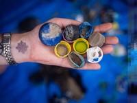 Sampai saat ini tercatat setengah juta keping mikroplastik ditemukan per kilometer persegi di permukaan laut. (Exxpedition.com)