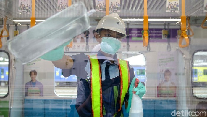Demi mencegah menyebarnya virus corona, petugas melakukan disinfeksi menyeluruh di dalam ratangga MRT Jakarta di Lebak Bulus, Jakarta.