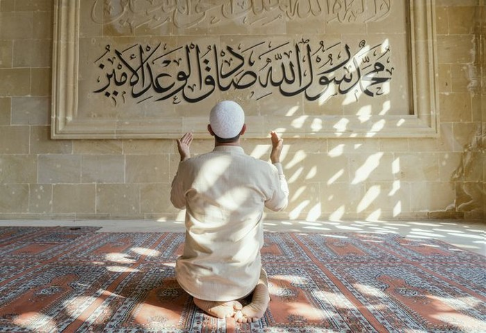 AI HamduLillah thanks to God of Islam, Arabic alphabet and Koran in hand - holy book of Muslims ( public item of all muslims )