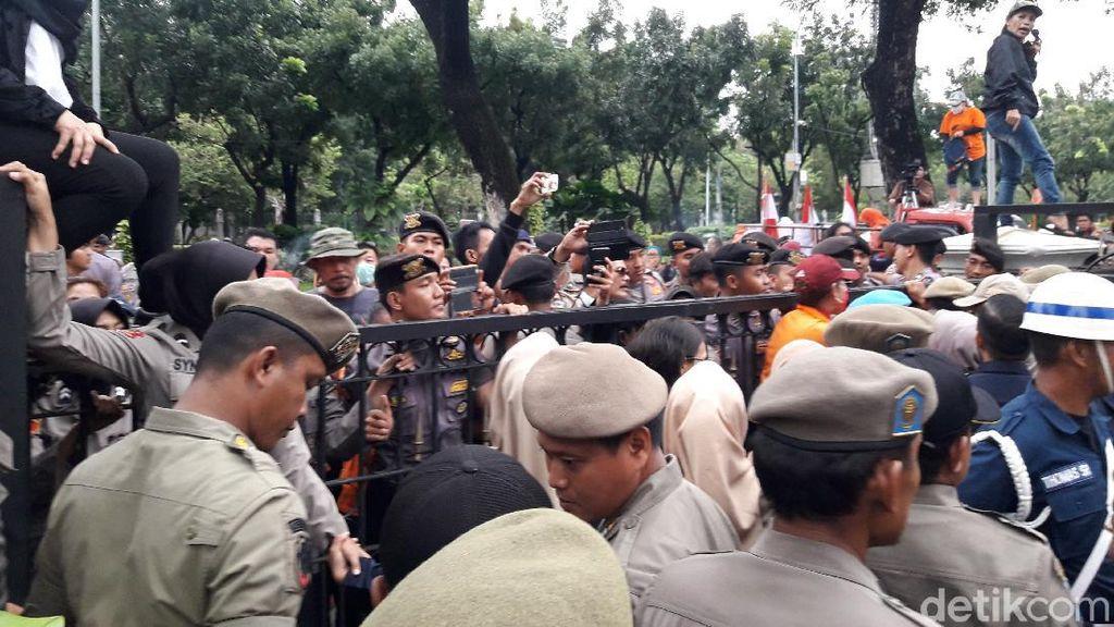 Massa Demo di Kantor Anies Ricuh, Pamdal Wanita Terluka