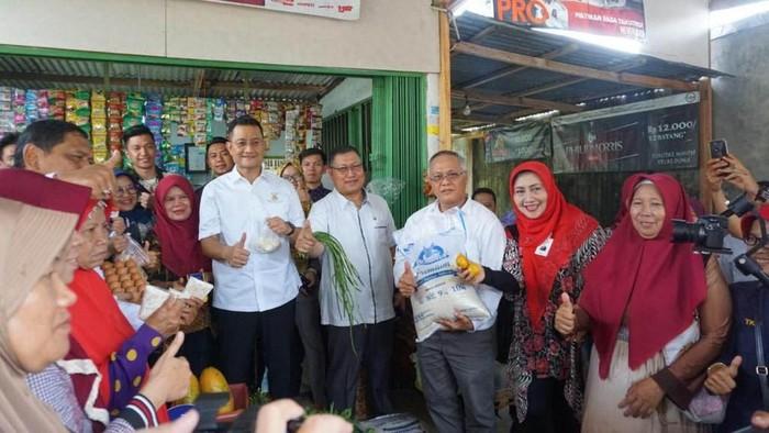 Menteri Sosial Juliari P Batubara meluncurkan program bantuan sembako di Kabupaten Bengkulu Utara. Mensos mengatakan pemerintah menambah bantuan program sembako.