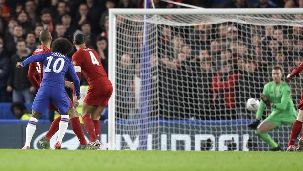 Willian mencetak gol cepat karena blunder Adrian.