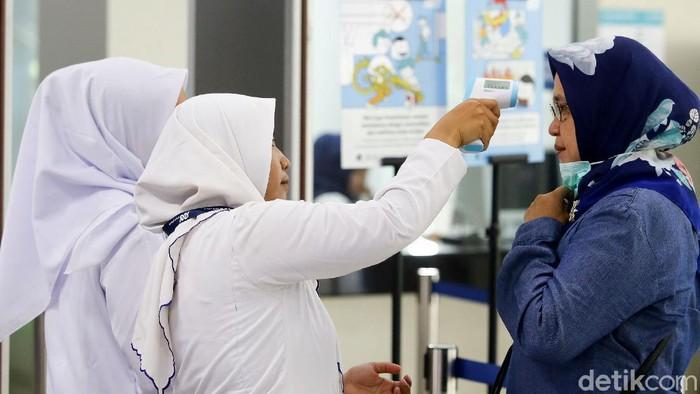 Pemeriksaan suhu tubuh giat dilakukan di sejumlah area publik di Jakarta. Para penumpang di Stasiun MRT Lebak Bulus juga turut diperiksa suhu tubuhnya.