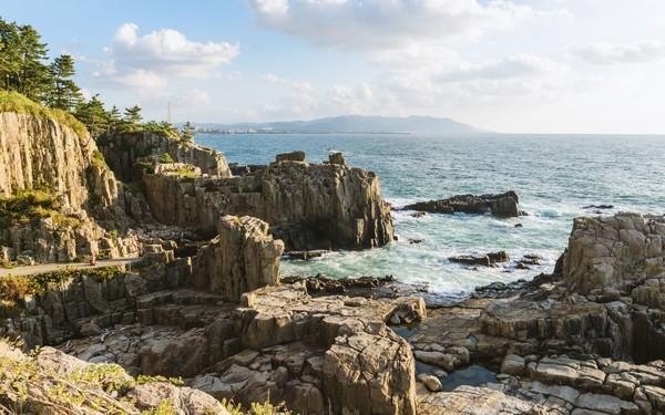 Tebing ini dikenal punya bentuk tak beraturan menyerupai sarang lebah yang diakibatkan erosi dan terpaan ombak selama jutaan tahun. (Foto: iStock)