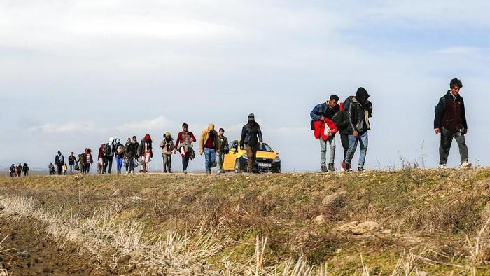 Sejumlah migran ramai-ramai melintasi kawasan Turki untuk masuk ke wilayah Yunani. Mereka berharap dapat memasuki benua Eropa demi kehidupan yang lebih baik.