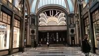 Sebuah bioskop legendaris bernama Cinema Lux. Di sekitarnya adalah butik-butik berkelas (Fitraya/detikcom)