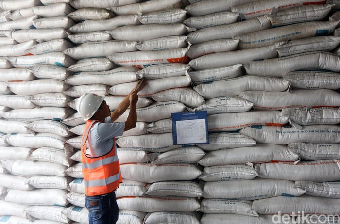 Menteri BUMN Erick Thohir memeriksa pasokan beras di Gudang Bulog, Kelapa Gading. Pemeriksaan itu dilakukan guna memastikan pasokan beras aman menjelang lebaran.