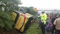 Bus Masuk Parit di Tol Cipali, 3 Orang Terluka