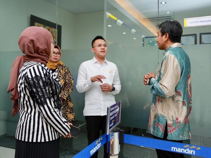 Anggota Komisi VI DPR RI yang membidangi BUMN dan UMKM, dr Mufti Anam mendorong bank-bank milik negara lebih ekspansif. Yakni dalam menyalurkan Kredit Usaha Rakyat (KUR).
