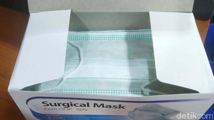 Apotek Kimia Farma membatasi penjualan masker sebanyak dua masker per orang. Harga per masker pun dibandrol Rp 2.000 per masker.