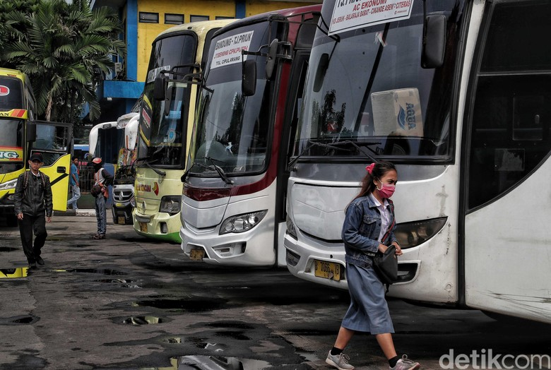 Sejumlah warga hilir mudik di kawasan Terminal Bus Tanjung Priok, Jakarta. Aktivitas di terminal tersebut tampak masih berjalan normal.