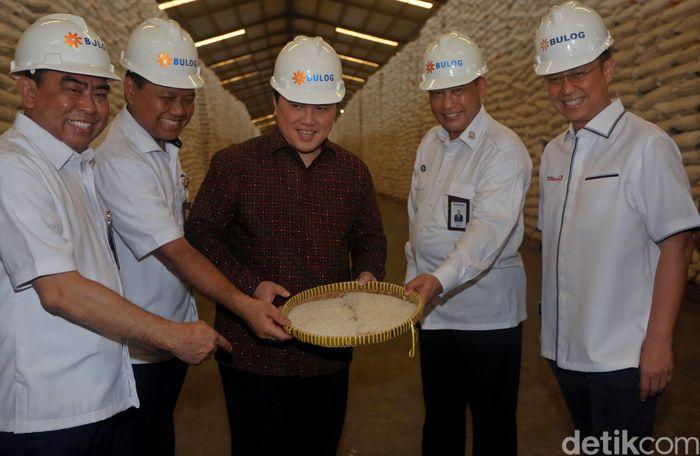 Menteri BUMN Erick Thohir menunjukkan beras yang berada di Gudang Bulog, Jakarta Utara, bersama Wamen BUMN Budi Gunadi Sadikin dan Dirut Bulog Budi Waseso, Rabu (4/3/2020).