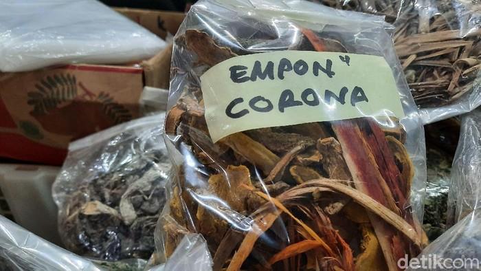 Seorang penjual jamu di Pasar Beringharjo membuat racikan jamu yang diberi nama empon-empon corona. Satu bungkus empon-empon corona itu dijual seharga Rp 10 ribu
