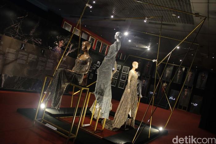 Pameran bertajuk Perempuan yang Tak Bisa Dieja berlangsung di Museum Nasional, Jakarta. Pameran ini mengkolaborasi tiga seni, sastra, busana kebaya dan fotografi.