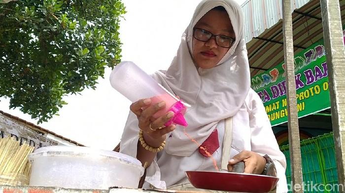 Ibu muda nyentrik penjual papeda keliling di Pekalongan, Rabu (4/3/2020).