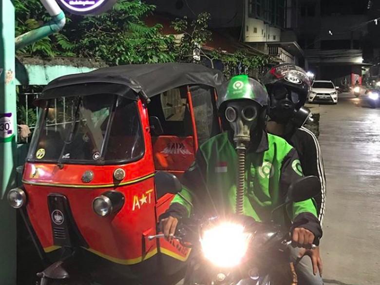 Driver Ojek Online Pakai Masker Anti-nuklir