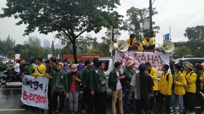 BEM SI demo tolak omnibus law di depan DPR. (Foto: Bil Wahid/detikcom)