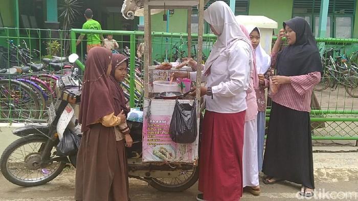 Ibu muda nyentrik penjual papeda di Pekalongan, Rabu (4/3/2020).