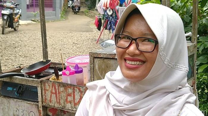 Lia Afidah (29), ibu muda nyentrik berjualan papeda keliling dengan memakai seragam sekolah di Pekalongan, Rabu (4/3/2020).