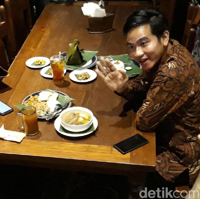 Gibran Rakabuming Raka bertemu dengan Wali Kota Surabaya Tri Rismaharini. Pertemuan itu berlangsung di sebuah rumah makan di Solo.
