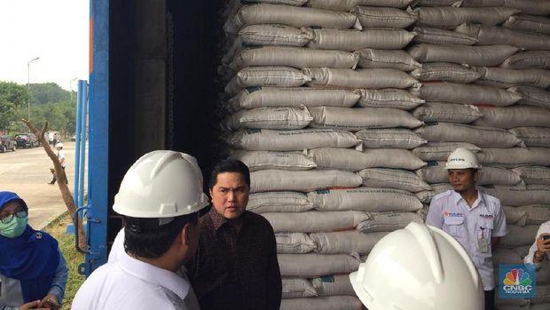 Erick Tohir dan Budi waseso di Gudang Bulog Kelapa Gading. (CNBC Indonesia/ Monica Wareza)
