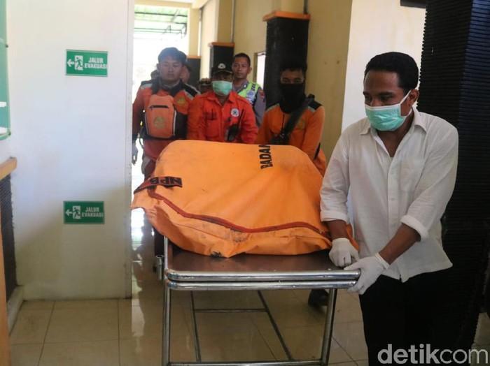 Tim SAR menemukan korban keempat dari perahu terbalik di Sungai Brantas. Korban ditemukan tewas sekitar 25 km dari lokasi perahu terbalik.
