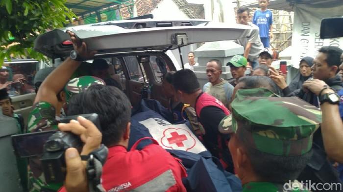 Olah TKP kasus anggota TNI tewas gantung diri berlangsung hampir satu jam. Jenazah korban berinisial JW (30) langsung dievakuasi ke RSU dr Soetomo, Surabaya.