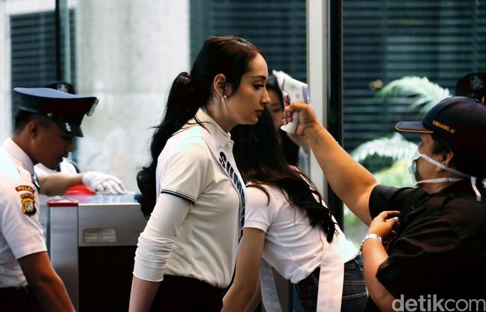 Para finalis Puteri Indonesia 2020 jalani pemeriksaan suhu tubuh saat masuk Gedung BEI, Jakarta. Mereka diperiksa suhu tubuhnya dengan menggunakan thermal gun.