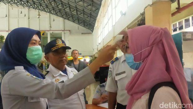 Pemeriksaan suhu tubuh penumpang di Purabaya/