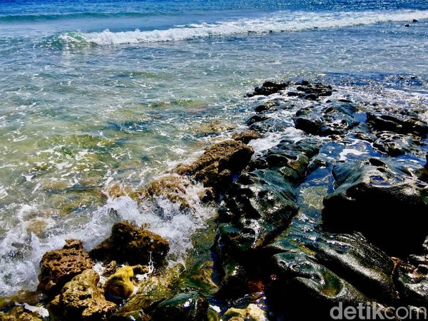 DiPantai Batu Taka Urung, pengunjung dapat melihat pemandangan eksotis ketika deru ombak laut pecah saat menghantam batu (Foto: Abdy Febriady/detikcom)