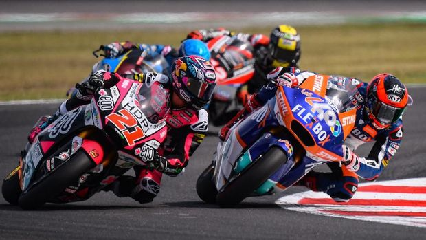 FLEXBOX HP 40 Spanish rider Augusto Fernandez (R), followed by +Ego Speed Up Italian rider, Fabio Di Giannantonio (L), competes on his way to win the San Marino Moto2 Grand Prix race at the Misano World Circuit Marco Simoncelli on September 15, 2019. (Photo by Marco Bertorello / AFP)