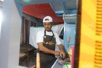 Mirip Anies Baswedan, Penjual Nasgor Ini Sering Diajak Foto Bareng