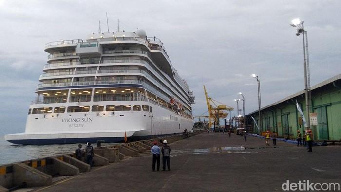 Kapal Pesiar Viking Sun akhirnya berlabuh di Pelabuhan Tanjung Perak, usai sebelumnya ditolak Pemkot Semarang. Kapal itu dibolehkan berlabuh tapi dengan syarat.