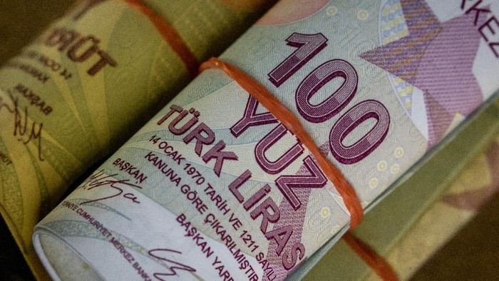 ISTANBUL, TURKEY - AUGUST 27:  In this photo illustration, Turkish Lira currency is displayed on August 27, 2018 in Istanbul, Turkey. The Turkish lira slid to 6.22 against the dollar Monday as markets opened after Turkeys week-long Bayram holiday.  (Photo by Chris McGrath/Getty Images)