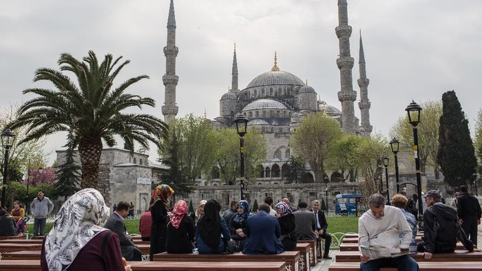 ISTANBUL, TURKEY - APRIL 12: People view the Blue Mosque on April 12, 2016 in Istanbul, Turkey. Turkeys recent string of terrorist attacks have seen tourist numbers plummet and recent emergency warnings from both US embassies and the Israeli Counterterrorism Bureau warning of Immediate risks for terrorist attacks in the country  have also contributed to keeping tourist numbers down. Despite the warnings, a recent Trip Advisor survey rated Istanbul as the the second best tourist destination in the world behind London.  (Photo by Chris McGrath/Getty Images)