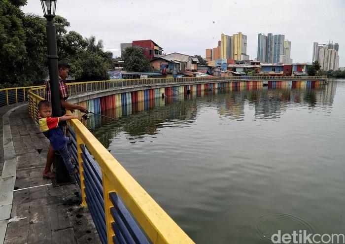 Danau Sunter di utara Jakarta kini dilengkapi dengan pagar sepanjang 2 kilometer. Pagar itu diketahui dibangun sejak bulan Januari 2020 lalu.