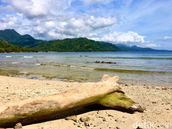 Pantai Batu Taka Urungterletak di sisi Jalan Trans Sulawesi, Dusun Batu Taka Urung, Desa Onang, Kecamatan Tubo Sendana (Foto: Abdy Febriady/detikcom)